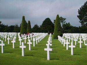 Imagen de un cementerio militar en Normandía, Francia. Fuente, Wikipedia.
