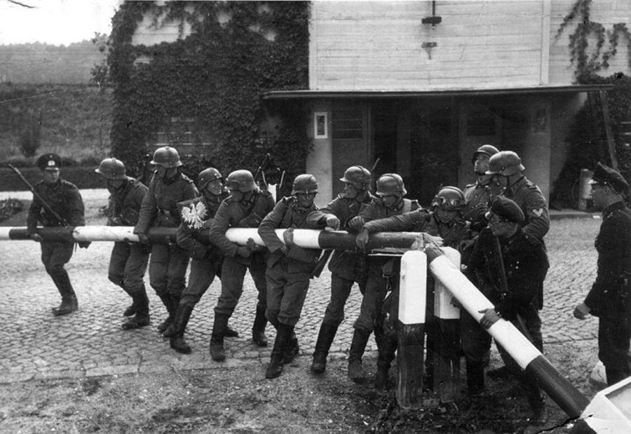 Tropas alemanas cruzando la frontera polaca